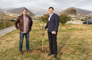 Jakša Radnić and Aljoša Bašić present the olive trees (photo: hajduk.hr)