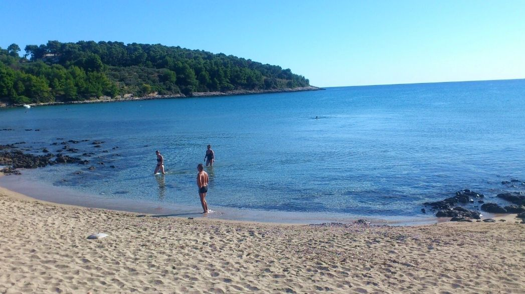 Sandy Vela Przina beach in Lumbarda great for kids (photo credit: holiday-link.com)