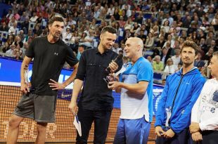 Aggasi talking to the crowd last night in Umag (photo: ATP Croatia Open)
