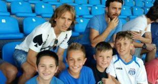 Luka Modrić posing for photos with fans (photo credit: NK Rudeš)
