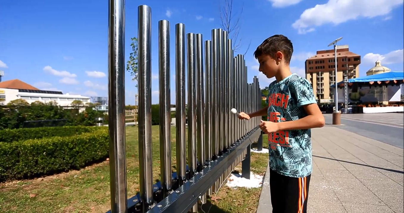 A kid plays the Croatian anthem on the musical fence (screenshot)