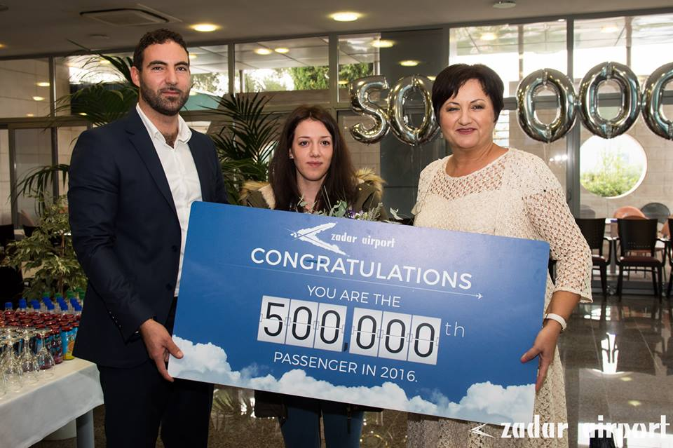 Jelena Rukavina presented with her gift after becoming Zadar Airport's 500,000th passenger (photo credit: Zadar Airport)