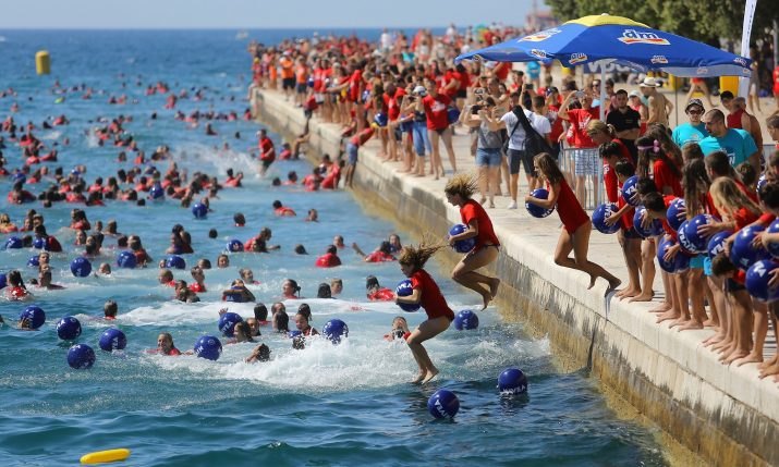 [PHOTOS] 3,000 People Take Part in Millennium Jump in Zadar
