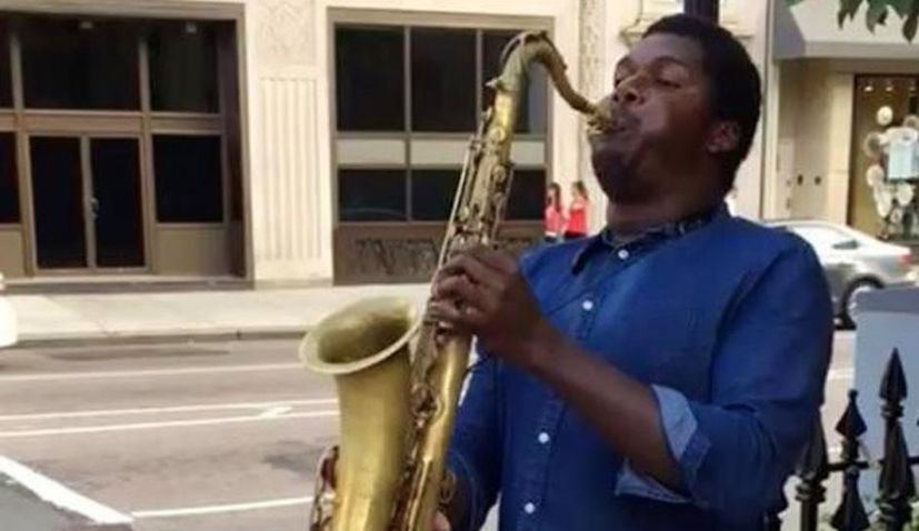 [VIDEO] New York Street Performer Plays Croatian Anthem on his Saxophone