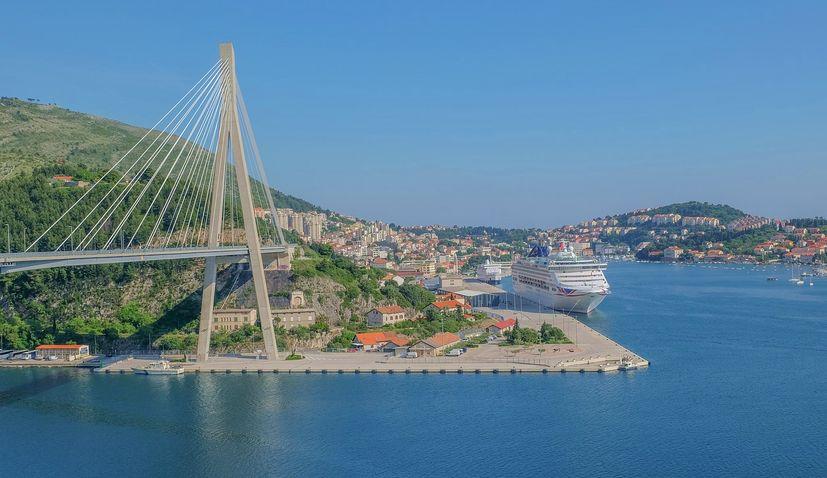 Cruise ship 'Carnival Breeze' with 93 Croatian seafarers sails into Dubrovnik