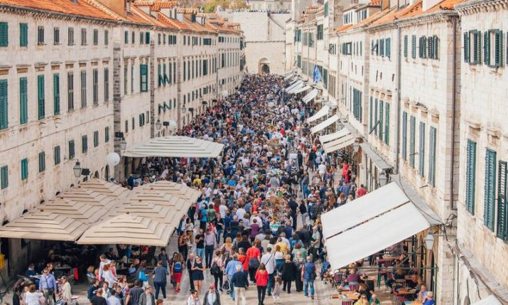 Dubrovnik marks season-end with traditional 200m dining table feast on Stradun