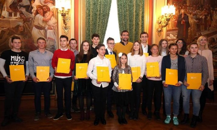 Marin Cilic gives scholarships awarded by his foundation to first 14 recipients