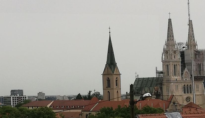 VIDEO: 1000 kg crosses placed on top of Zagreb Cathedral spires