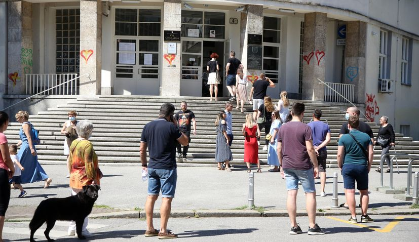 Voters not discouraged by coronavirus, turnout by noon good in Croatia elections