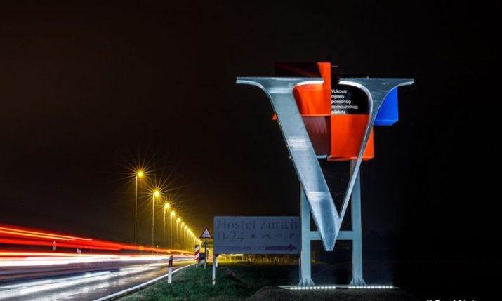 PHOTOS: New 'V' sculptures placed at entrances into Vukovar