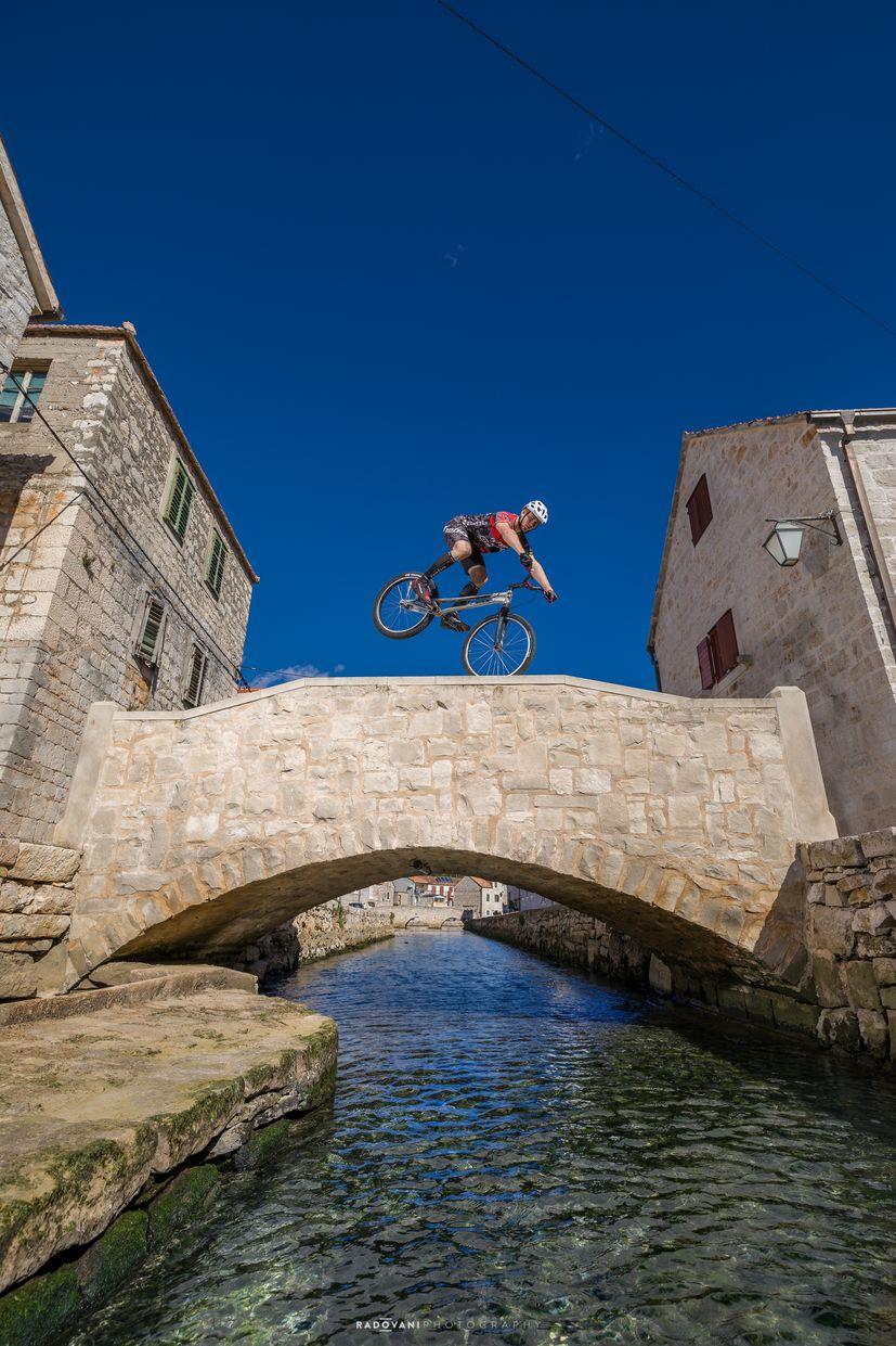 World champion mountain bikers show off skills and Hvar4