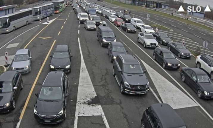 Huge queues of vehicles crossing border from Slovenia to Croatia