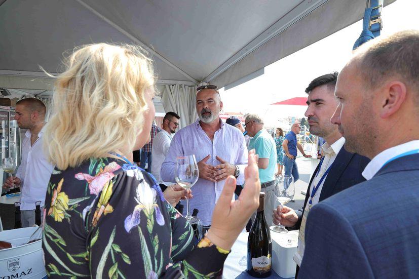 27. Vinistra opens