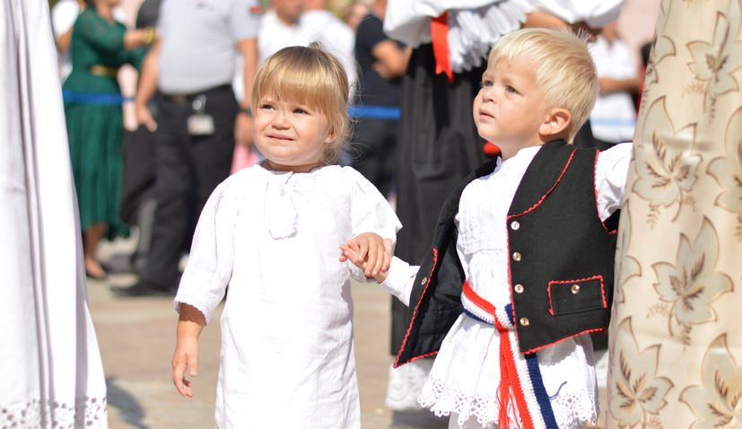 2,500 children in traditional costumes parading through Vinkovci
